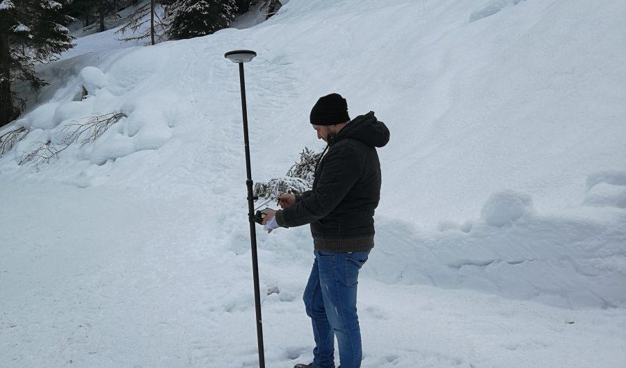 Vermessung-Mann im Schnee